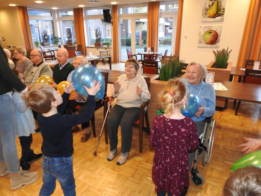 Generationsübergreifende Gymnastik im AWO Altenzentrum Heinsberg 8
