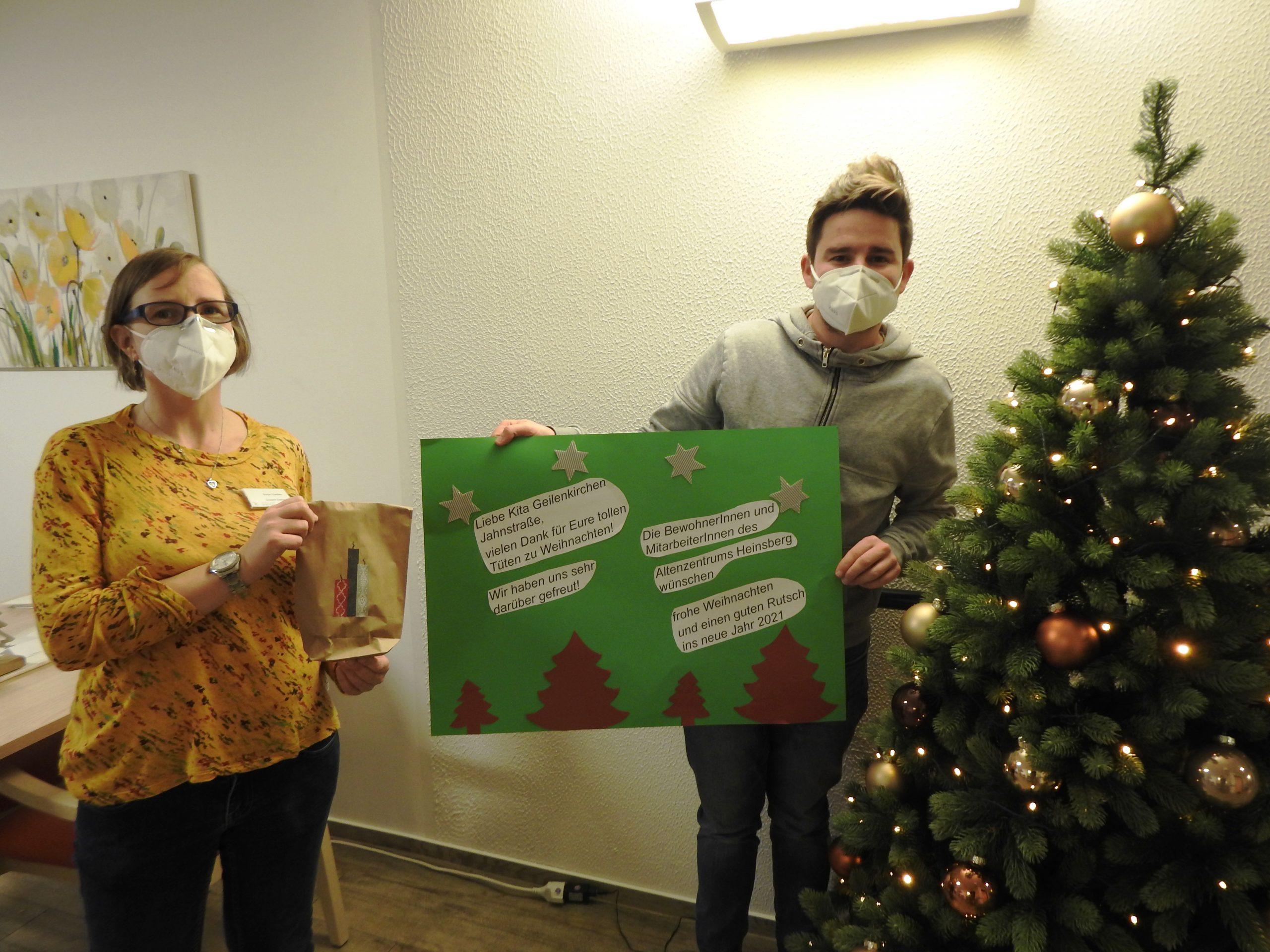 Weihnachtlichen Leckereien und selbstgemalte Bilder für das AWO-Altenzentrum Heinsberg 1