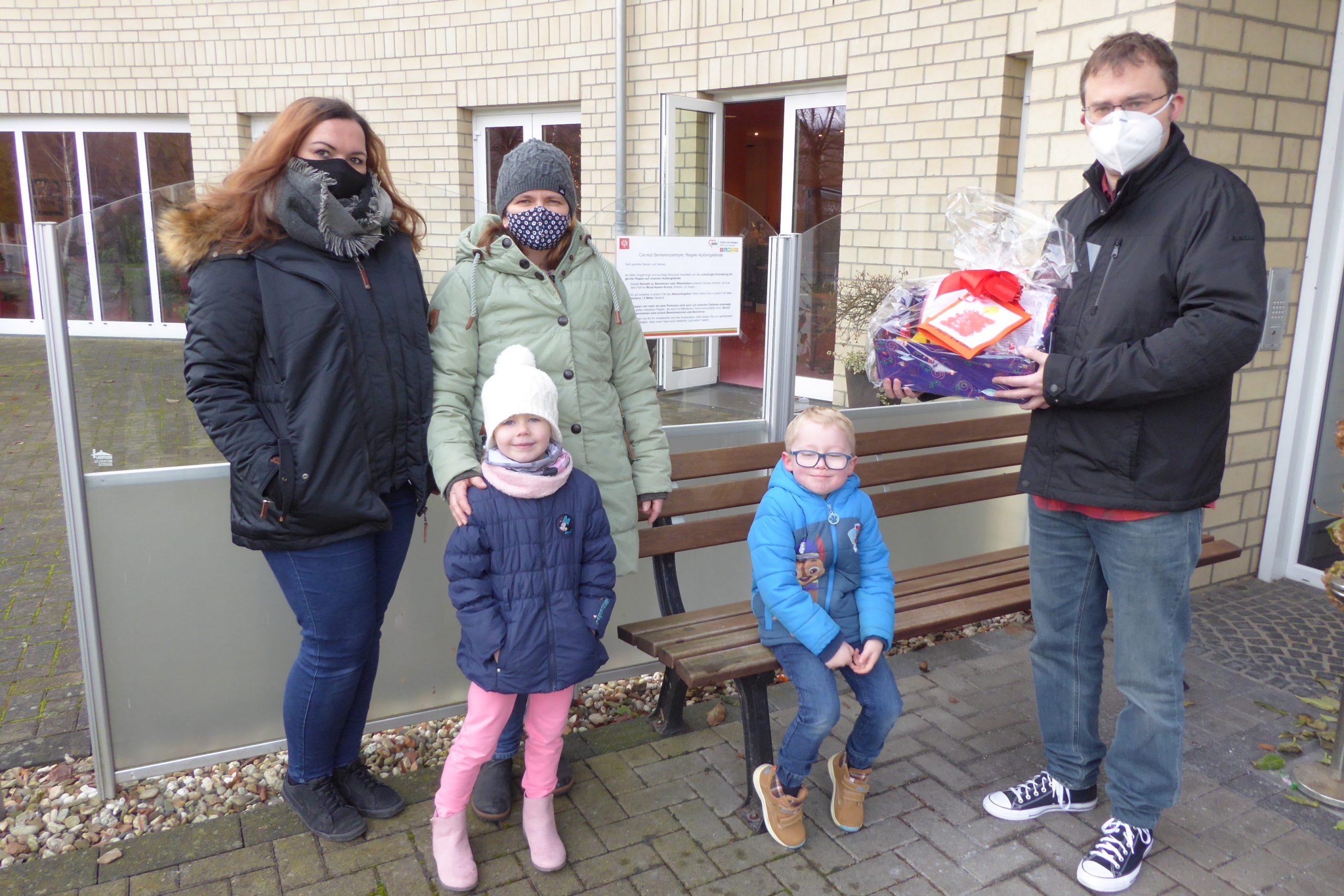 Die Kinder der AWO-Kita Übach gestalten Geschenke für die Bewohner des Carolus-Seniorenzentrums 1