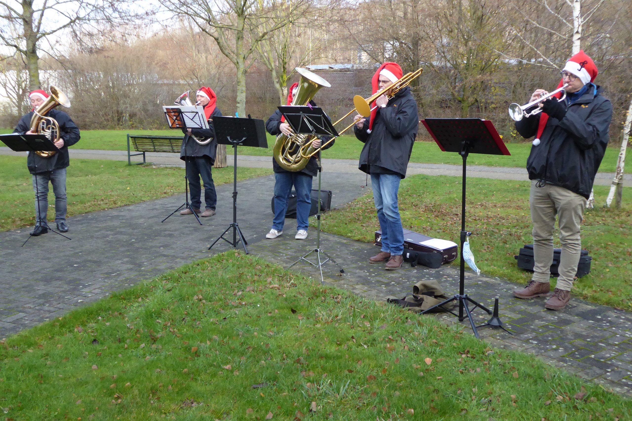 """Die Kapelle """"Brass mit Spass"""" sorgt für weihnachtliche Stimmung vor dem AWO-Carolus-Seniorenzentrum 1"""