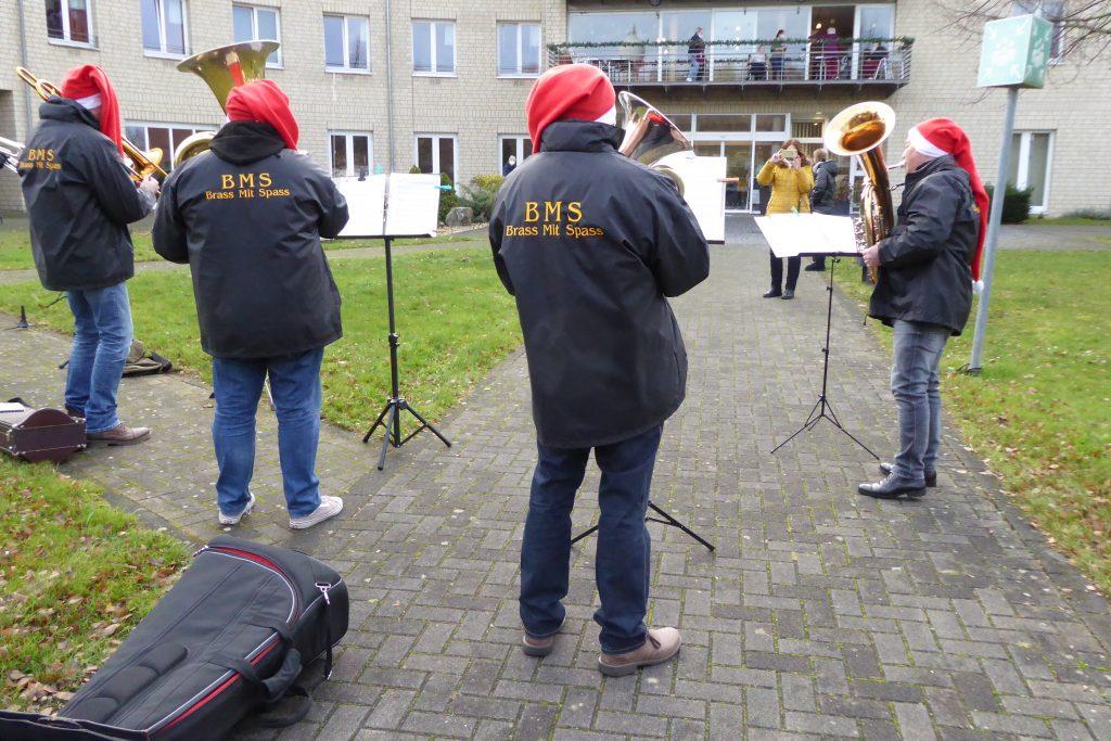 """Die Kapelle """"Brass mit Spass"""" sorgt für weihnachtliche Stimmung vor dem AWO-Carolus-Seniorenzentrum 3"""