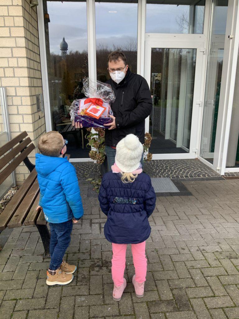 Die Kinder der AWO-Kita Übach gestalten Geschenke für die Bewohner des Carolus-Seniorenzentrums 2