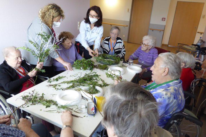 Bewohner*innen des AWO-Carolus Seniorenzentrums gestalten die Einrichtung österlich 9