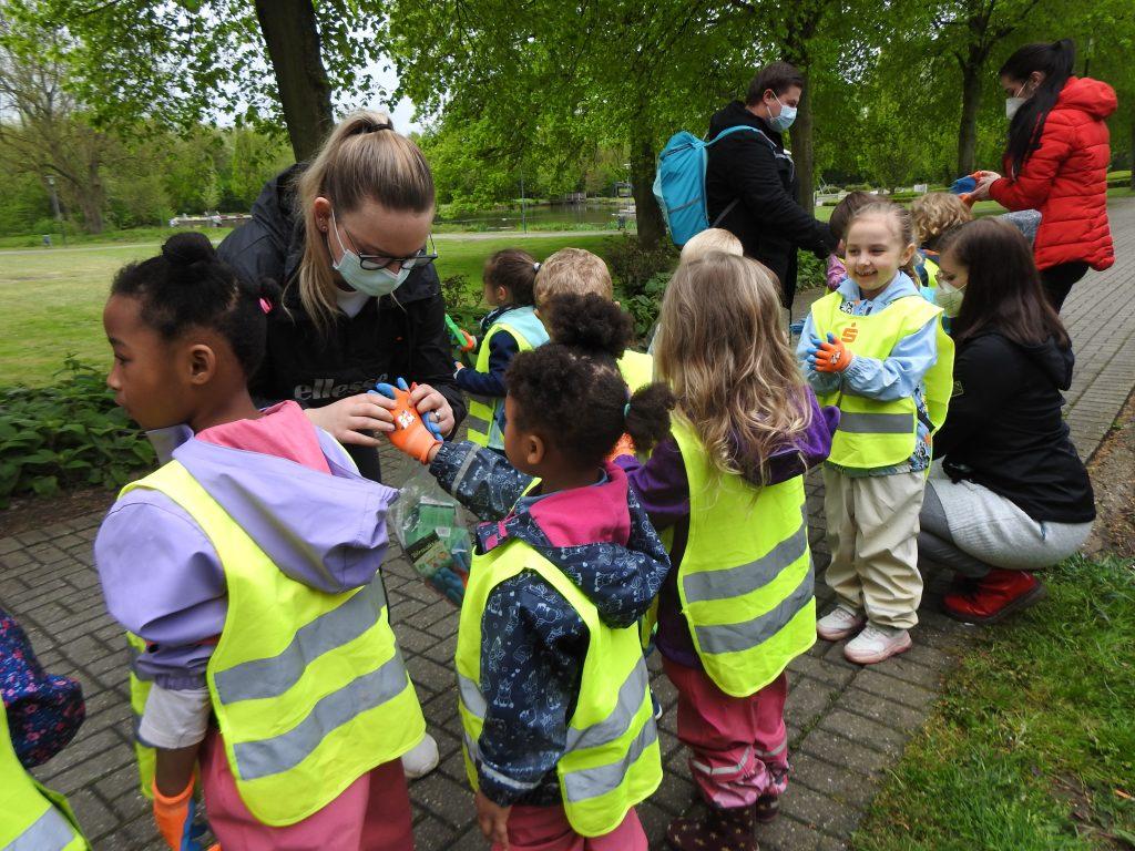 Kindergartenkinder der AWO-Einrichtung in Geilenkirchen im Einsatz für eine saubere Stadt 2