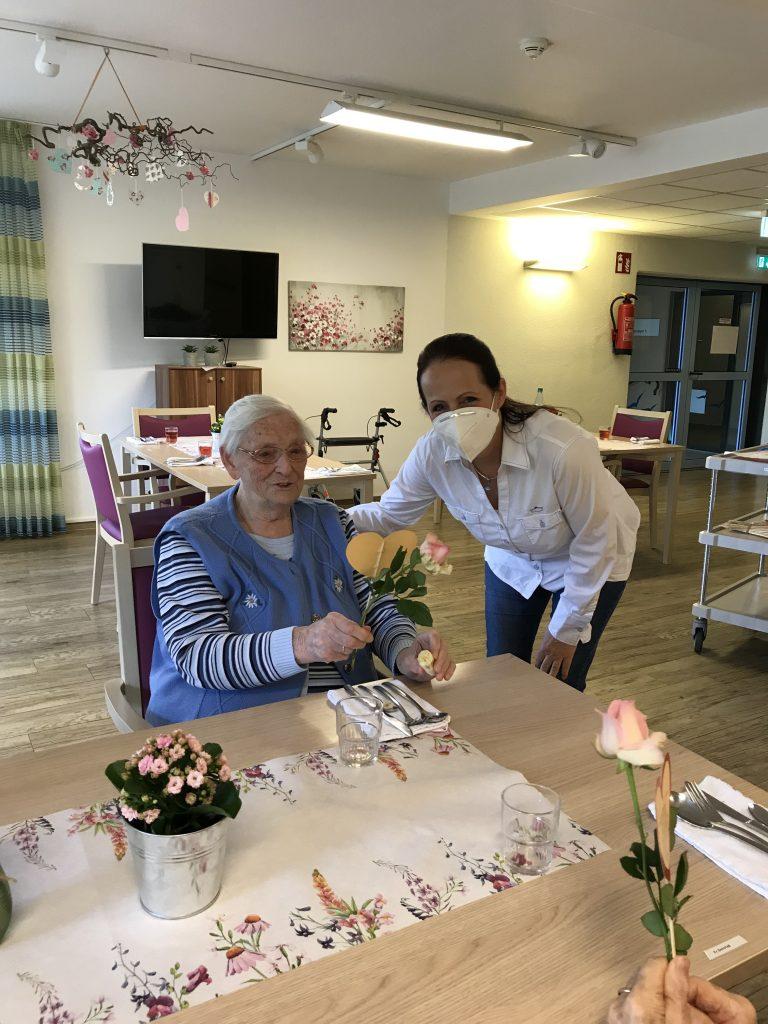 Rosen zum Muttertag und ein kühles Blondes zum Vatertag im AWO-Altenzentrum Heinsberg 5