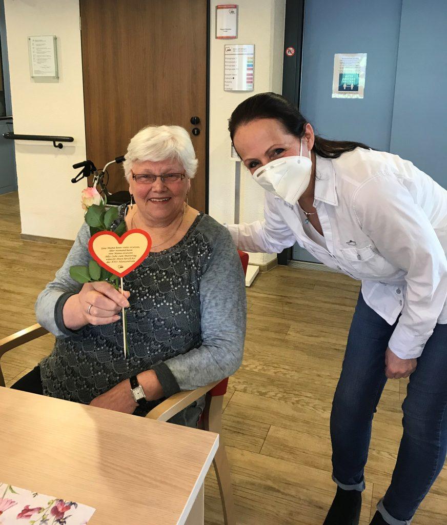 Rosen zum Muttertag und ein kühles Blondes zum Vatertag im AWO-Altenzentrum Heinsberg 2