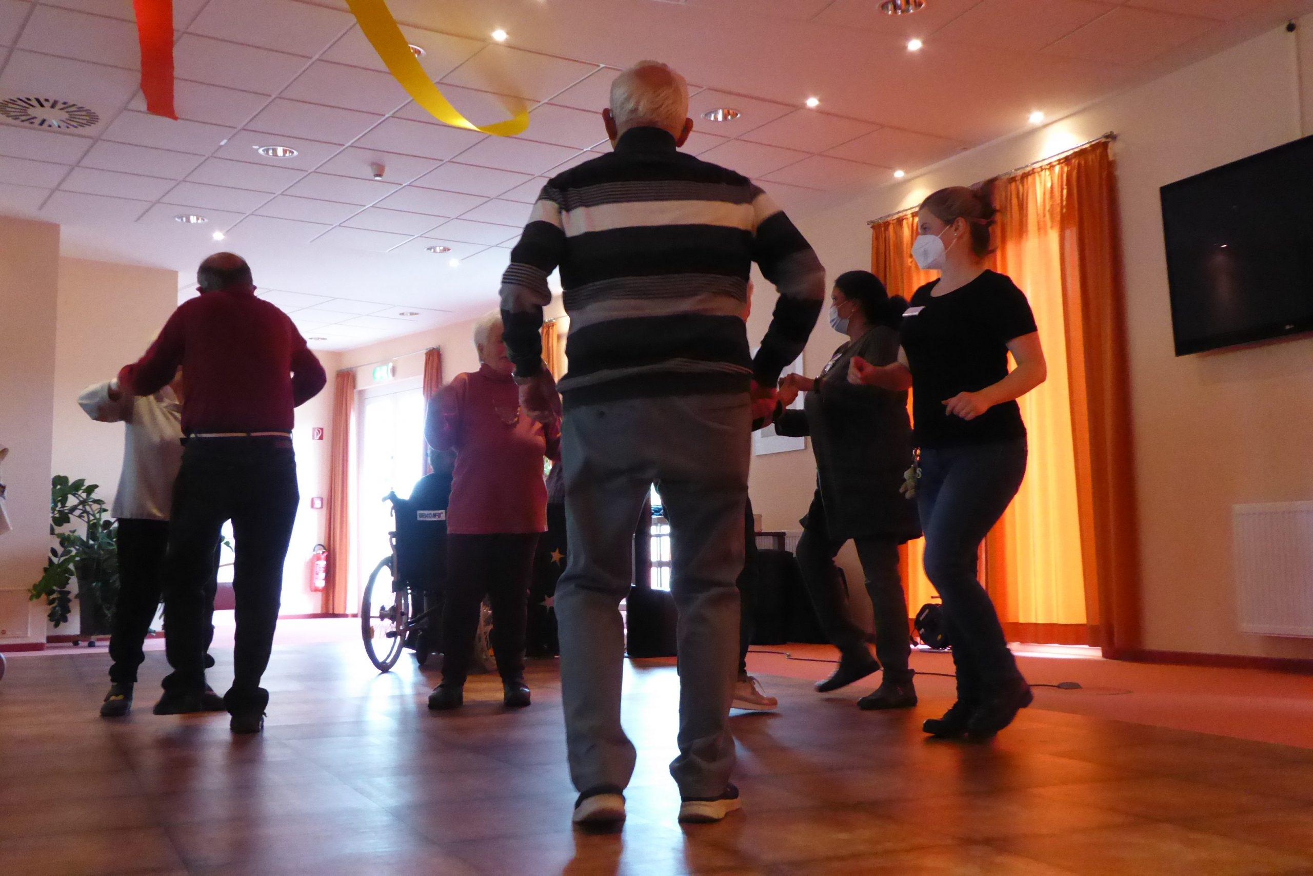 Tanz in den Mai im AWO-Carolus Seniorenzentrum 1